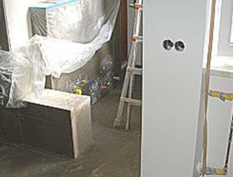 Neue Fliesen und Badelemente werden installiert